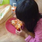 大きなピザパン。でも食べちゃいます。