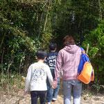 竹藪を通って冒険気分。