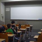 教室でアニメ上映会。