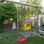 Plac zabaw dla dzieci wynajmujących noclegi Ustka w pensjonacie Villa Banita.