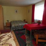 Pokój w samodzielnym mieszkaniu posiada dwuosobowe łoże, oraz tapczan.