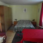 Duża, komfortowa szafa w samodzielnym mieszkaniu.