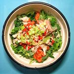 Aziatische salade met gerookte makreel en verse kruiden