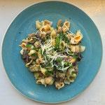 Pasta met een Toscaans worstje en gestoofde aubergine