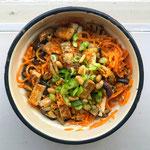 Pompoen noodles met tofu, aubergine en miso pindasaus
