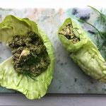 Groene wrap van kool met quinoa, kip en verse kruiden