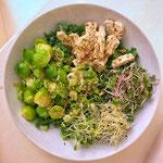 Pokebowl met boerenkool, spruitjes, kiemen, olijventofu en een sesamsausje
