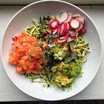 Koolhydraatarme poké bowl met zalm, radijs en avocado