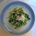 Courgette spaghetti met gestoomde spinazie en een feta citroen crème