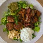 Saladebowl met sesamgehaktballetjes, roerbak aubergine, humus, tzatziki en guacamole
