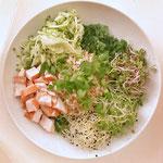 Poké-bowl met wilde rijst en gerookte kip