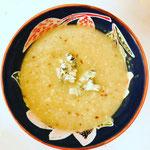 Knolselderijsoep met gekruide bloemkoolrijst en blauwaderkaas