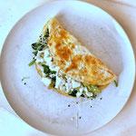 Gevulde ei-wrap met avocado, spinazie, kiemen en feta