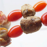 Tomate an Hackbällchen und Pflaume im Speckmantel !