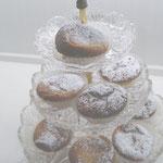 Herrliche Käsekuchen Muffins mit einem Hauch Puderzucker auf Glas