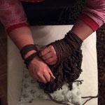 Frau Käferin strickt einen Loop mit den Händen