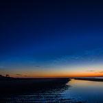 Strand (de oosthoek) Vlieland na zonsondergang met lichtende nachtwolken