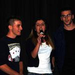Die albanischen Jugendlichen singen ein Lied ihrer Heimat.