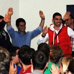 Die kosovarischen Teilnehmer freuen sich über ihre Vorstellung.