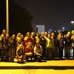 Eine gemischte Gruppe verschiedener Nationalitäten am Abend auf dem Weg nach Sachsenhausen.