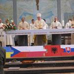Weihbischof Dr. Thomas Löhr erteilt den Segen.
