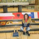 Migena aus Albanien vor dem Puzzleteil mit der Flagge ihres Landes