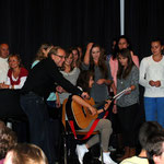 Polnische Jugendliche singen ein Lied ihrer Heimat.