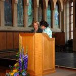 Im Auftrag des Oberbürgermeisters empfängt Stadträtin Lilli Pölt die Anwesenden. Links: Lori Bemb von der englischsprechenden katholischen Gemeinde in Frankfurt, die alle Ansprachen ins Englische übersetzt.