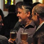 Pfarrer Rolf Glaser, Rolf Müller und Helmut Preis genießen den gelungenen Abend.