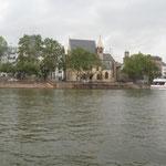 Die St. Leonhardskirche (eine der ältesten Kirchen Frankfurts aus dem Jahr 1219), im Hintergrund die Paulskirche