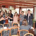 Die polnischen Girls singen und werden von Barbara Schiller und Pfarrer Rolf Glaser unterstützt.