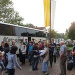 Der Bus mit den slowakischen und tschechischen Gruppen trifft ein.