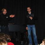Nikolay aus Serbien hat den Mut, solo zu singen.