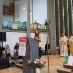 Die Fürbitten werden von einzelnen Teilnehmenden vorgetragen, hier Gabriela aus Polen.