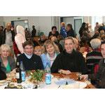 Begegnung nach dem Gottesdienst im Pfarrsaal, hier Mitglieder der polnische Gemeinde