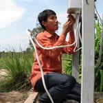 Sambo, der Lehrer, unterstützt bei den Arbeiten