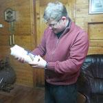 Übergabe der Osterkerze an den evangelischen Pfarrer