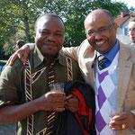 Ein Pfarrer aus Kamerun gemeinsam mit Tesfaldet Habtemicael von der eritreischen Gemeinde.