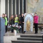 Die Gruppe aus Leutschau mit dem Gnadenbild vom Marienberg oberhalb der Stadt. Der Marienberg ist der bedeutendste Wallfahrtort der Slowakei