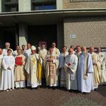Weihbischof Dr. Thomas Löhr mit den Konzelebranten und Pastoralreferenten