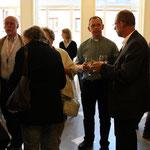 Gespräche beim Umtrunk: rechts Pfarrer Adam Pindel aus Polen mit Pastralreferent Helmut Preis