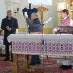 Übergabe der Osterkerze an die katholische Gemeinde