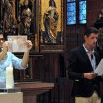 """Marko und Dejan aus Serbien erläutern die Freske """"Weißer Engel"""" aus dem Kloster Mileševa."""