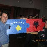 Kosovaren und Albaner fügen ihre Puzzleteile als Zeichen der entstandenen Verbundenheit zusammen.