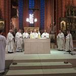 Die Konzelebranten am Altar