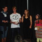 Jugendliche aus St. Markus singen ein lustiges Lied.