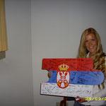Maja aus Serbien freut sich, das Puzzleteil ihres Landes mitnehmen zu dürfen.