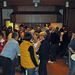 Jung und Alt, Gäste und Gemeindemitglieder führen angeregte Gespräche.