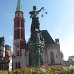 Der Gerechtigkeitsbrunnen mit der St. Nikolaikirche