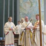 Pfarrer Glaser begrüßt den Weihbischof Dr. Thomas Löhr.